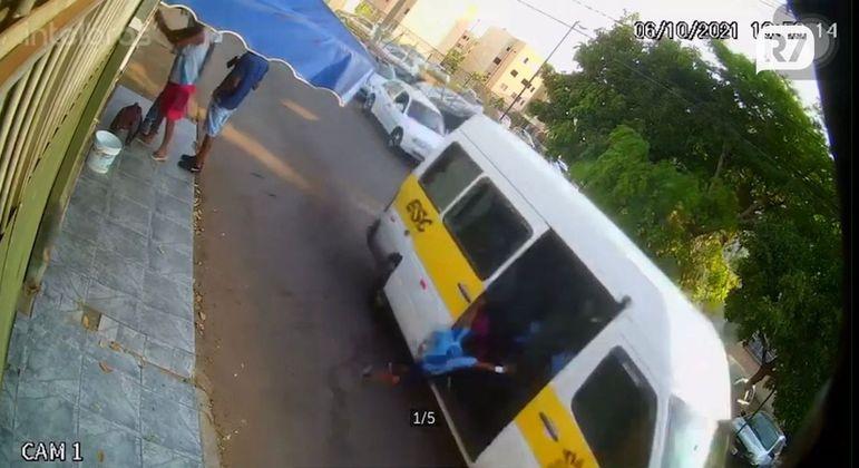 Criança de 5 anos caiu e foi atropelada pela van escolar