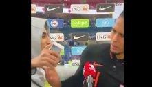 Van Dijk nega selfie e empurra torcedor que invadiu entrevista
