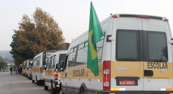 Condutores de vans escolares realizam protesto em São Paulo