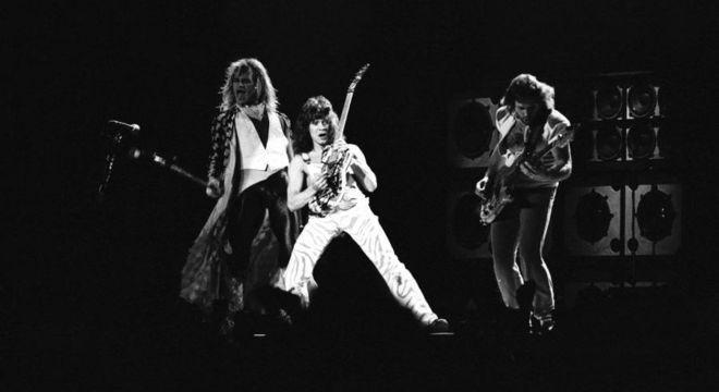 Eddie Van Halen (ao centro) em show de sua banda em São Paulo, em 1983
