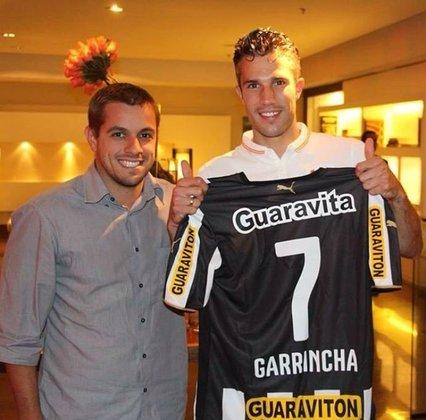 Na Copa do Mundo de 2014, Van Persie recebeu uma camisa do Botafogo com nome e número de Garrincha, ídolo histórico do clube