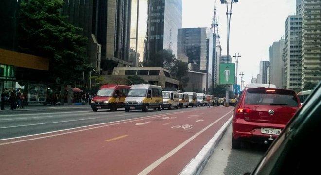 Vans de transporte escolar fizeram protesto na Avenida Paulista em SP nesta sexta-feira