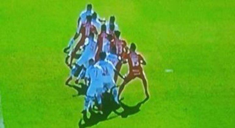 Pela TV, Dourado (13) à frente quando Moisés bate na bola. Impedido