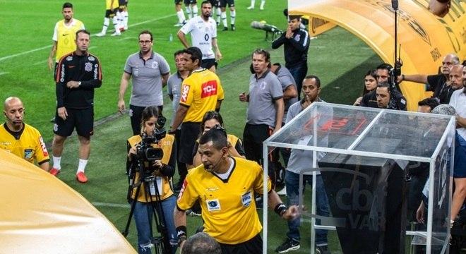 Arbitragem consulta o VAR durante a final da Copa do Brasil
