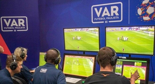 Três árbitros, dois deles assistentes, analisarão os lances polêmicos