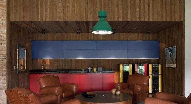 Varanda gourmet com mesa redonda de centro de madeira Projeto de AMC Arquitetura