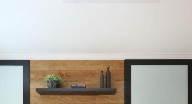Varanda gourmet com mesa redonda de madeira e cadeiras de vime Projeto de Bianchi Lima