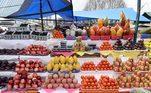 Descubra quais são as frutas da época: você deve estar se perguntando o que isso tem a ver com economia, certo? Pois bem, as frutas da época tendem estar mais em conta no mercado e principalmente na feira. Portanto, se puder, opte por elas