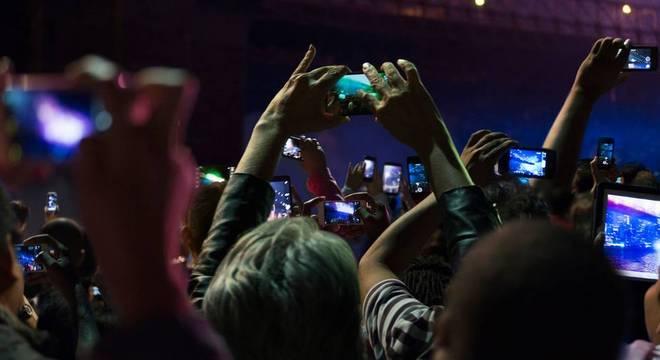 'Notificações frequentes, acesso imediato à informação e respostas dos grupos sociais podem tornar difícil o distanciamento destes aparelhos', dizem autores de artigo na PLOS ONE sobre uso intenso de celulares