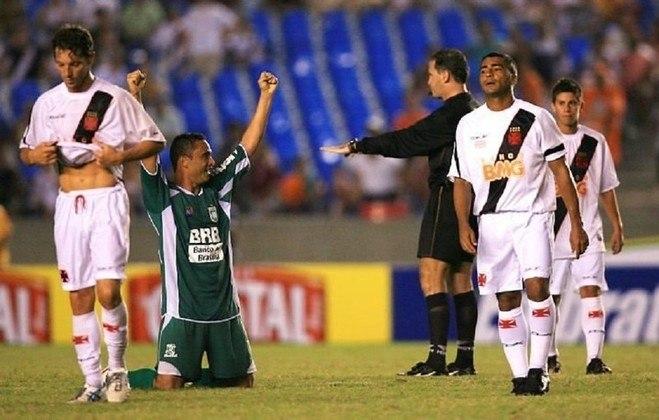 Vasco 1 x 2 Gama - Copa do Brasil- Em 2007, o Gama, do Distrito Federal, venceu o Vasco no Maracanã e eliminou a equipe na segunda fase do torneio. O Cruz-Maltino tinha Romário em campo, que buscava o gol mil de sua carreira, mas acabou passando em branco na zebra.