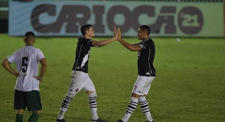 Gabriel Pec comemora um dos gols da noite, com Léo Jabá