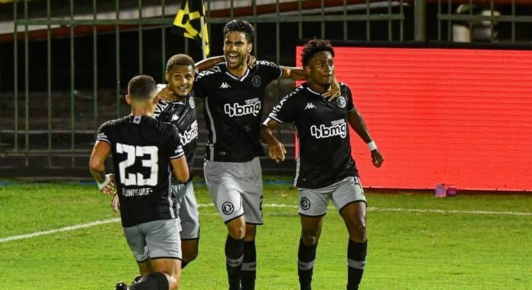 Vasco vence de virada e fica mais perto do G4 do Campeonato Carioca