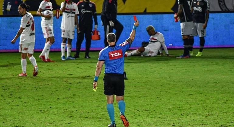 Depois da checagem no VAR, Léo Jabá recebeu o cartão vermelho direto