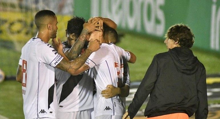Jogadores do Vasco comemoram gol de Sarrafiore sobre o Boavista