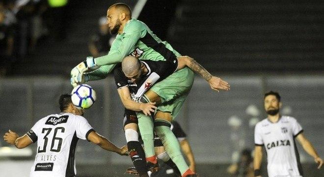 9c7db369b9 Vasco e Ceará brigaram pela vitória até último minuto em São Januário