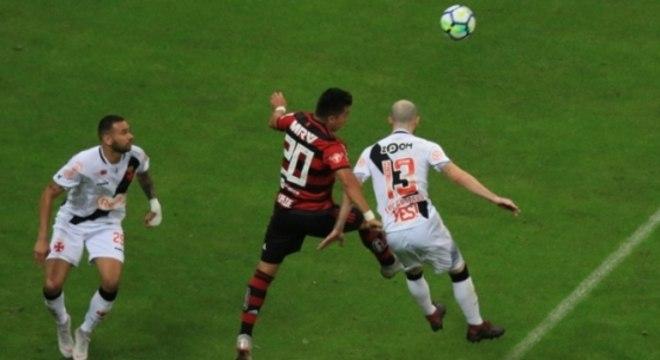 086a580185 Vasco x Flamengo. Vasco x Flamengo Lance. Assim como 2015  vitória no clássico  pode impulsionar Vasco no Brasileiro