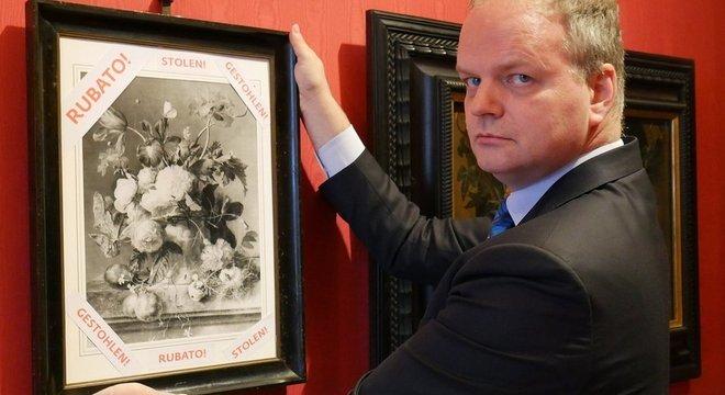 Enquanto original estiver faltando, museu expõe foto preto e branco de quadro 'Vaso de Flores' como protesto