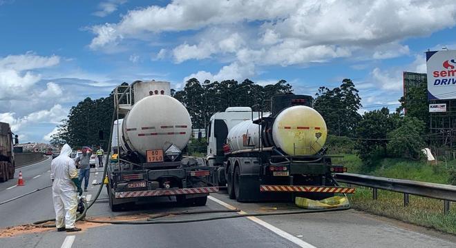Carga de solução química vaza na rodovia Ayrton Senna (SP)