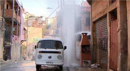 Água atinge até os telhados das casas