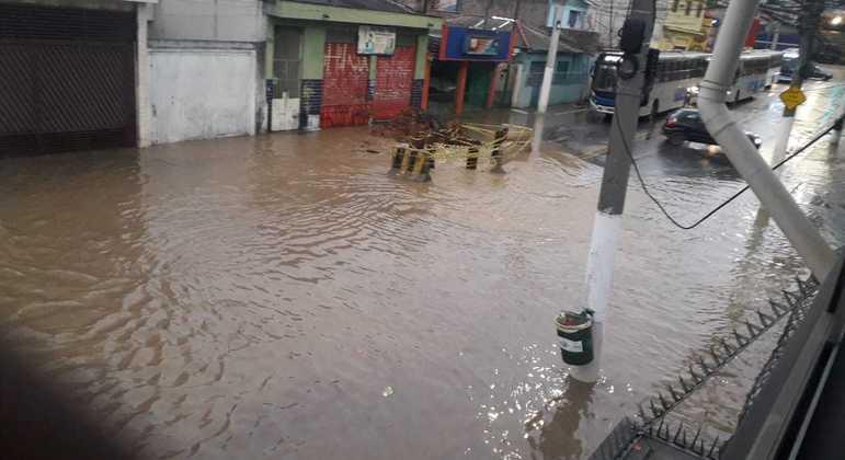 Ônibus é impedido de circular após vazamento de água na zona norte de SP