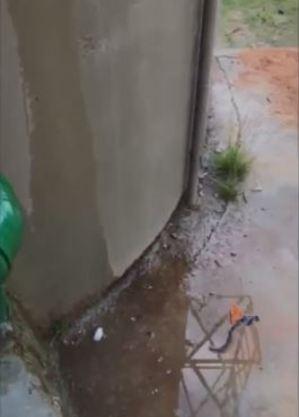 Água escorre por fora da caixa e se acumula no entorno