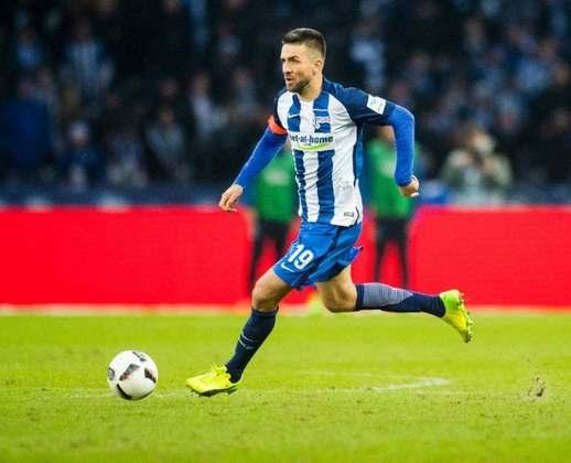 Vedad Ibisevic foi companheiro de Salomon Kalou, hoje no Botafogo, no Hertha Berlin, o atacante bósnio de 36 anos também deixou o clube alemão. Assim está solto na pista.