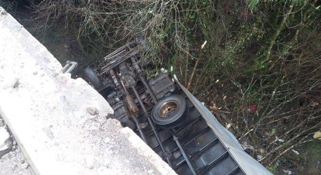Veículo cai de ponte e motorista morre na BR 290, em