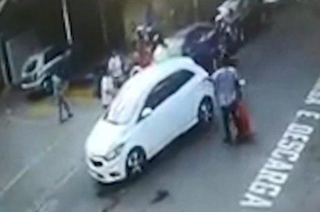 Suspeitos fugiam em um carro branco