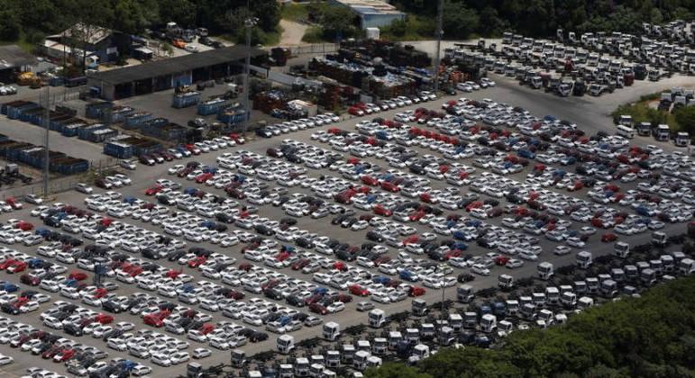 Pátio de montadora. Setor automotivo aposta em alta nas vendas em 2021