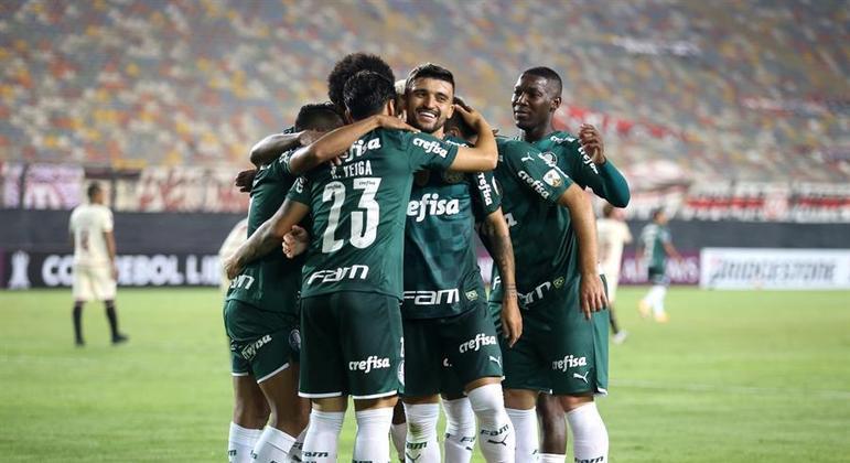 Raphael Veiga comemora um dos gols da vitória do Palmeiras