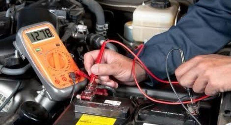 Não é bom esquecer os faróis, sistema de som e luzes internas ligados por longos períodos após o veículo ser desligado