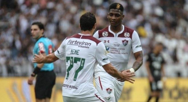 Yony e Nenê comemoram gol que deu vitória ao Fluminense no clássico