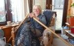 Esta senhora decidiu fazer para sua casa nada menos do que uma cerca de tricô, confeccionada com o mesmo barbante que é usado nas redes de pesca. As peças foram inseridas em varas de cortina de forma adaptada, formando a cerca em seu jardim da frente