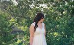 Depois de ver uma inspiração no Pinterest, esta noiva quis arriscar e fez à mão um vestido todo colorido. O modelo tem um degradê multicolor na barraVeja também:Noiva embosca namorado no trabalho e exige se casar