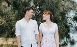 Com pequenos retalhos coloridos, esta noiva construiu um vestido animado e romântico.