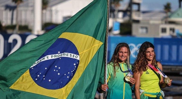 Kahena Kunze e Martine Grael com a medalha de ouro na vela
