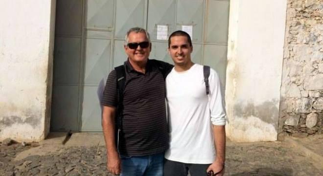 Na foto, velejador brasileiro Rodrigo Dantas (de blusa branca) com o pai