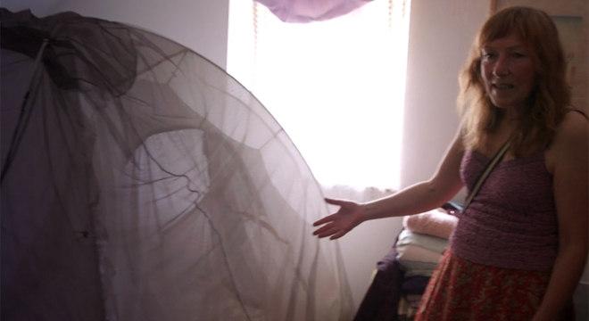 A gaiola de Faraday isola Velma do campo eletromagnético