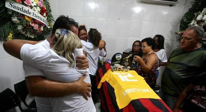 Parentes e amigos se despedem do goleiro do Flamengo Christian Esmério