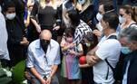 A filha e a mulher de Dudu permaneceram juntas durante toda a cerimôniaFamosos lamentam morte de Dudu Braga, filho de Roberto Carlos