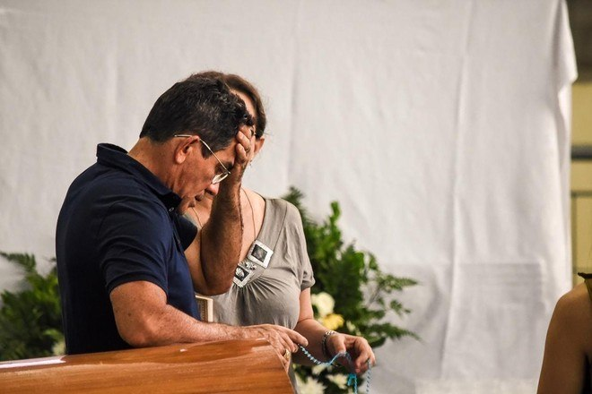 Pai de Gabriel aprece inconsolável ao lado de caixão com o corpo de cantor.O corpo de Gabriel Diniz ficará no local até às 16h, quando sairá para o cortejo e, em seguida, para um cemitério, onde ocorrerá uma cerimônia reservada