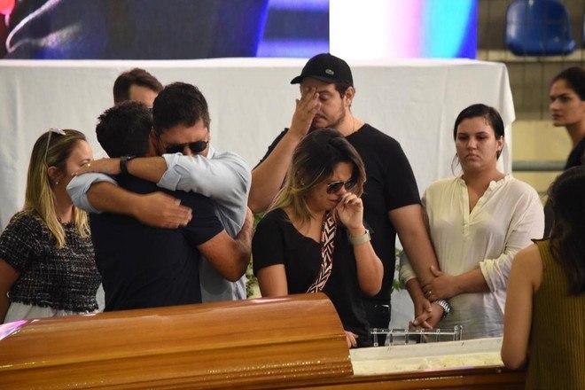 Amigos chegam ao local do velório para consolar os parentes do cantor. Às 8h o velório foi aberto ao público