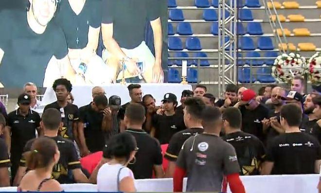 Integrantes da produção e da banda de Gabriel Diniz chegam ao estádio de esportes Ronaldão para prestar uma última homenagem ao cantor