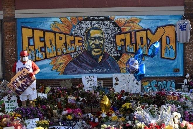 A casa funerária colocou no telão a mesma imagem pintada em um quadro que foi postado em um memorial criado por moradores da cidade no local onde Floyd foi morto, no centro de Minneapolis