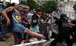 Torcedores enfrentam os policiais na abertura do velório de Diego Armando Maradona, por volta das 6h da manhã desta quinta-feira. A imprensa argentina afirmou que, devido ao grande número de pessoas que se deslocaram para o velório, é possível que nem todas consigam entrar na sede do governo argentino