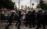 A confusão começou na hora em que foi aberto o velório do ídolo argentino. A polícia montou um pelotão de segurança para organizar a entrada dos fãs