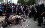 Mas os torcedores se empurraram e chegaram a derrubar as barreiras formadas para organizar o adeus a Maradona