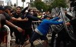 A polícia argentina tenta controlar a entrada dos torcedores, que se revoltam e entram em confronto com policiais