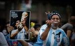 Fãs de Maradona uniformizados, com bonecos e revistas de Maradona esperam o momento para entrar na Casa Rosada. Durante todo o tempo os torcedores fazem os tradicionais cantos do futebol argentino