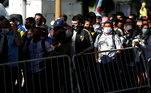 A expectativa é que mais de 1 milhão de pessoas passem pela Casa Rosada, sede do governo argentino, nesta quinta-feira, para se despedir de Maradona. Após confusão no abertura do velório, situação tranquiliza e torcedores formam vila na Plaza de Mayo